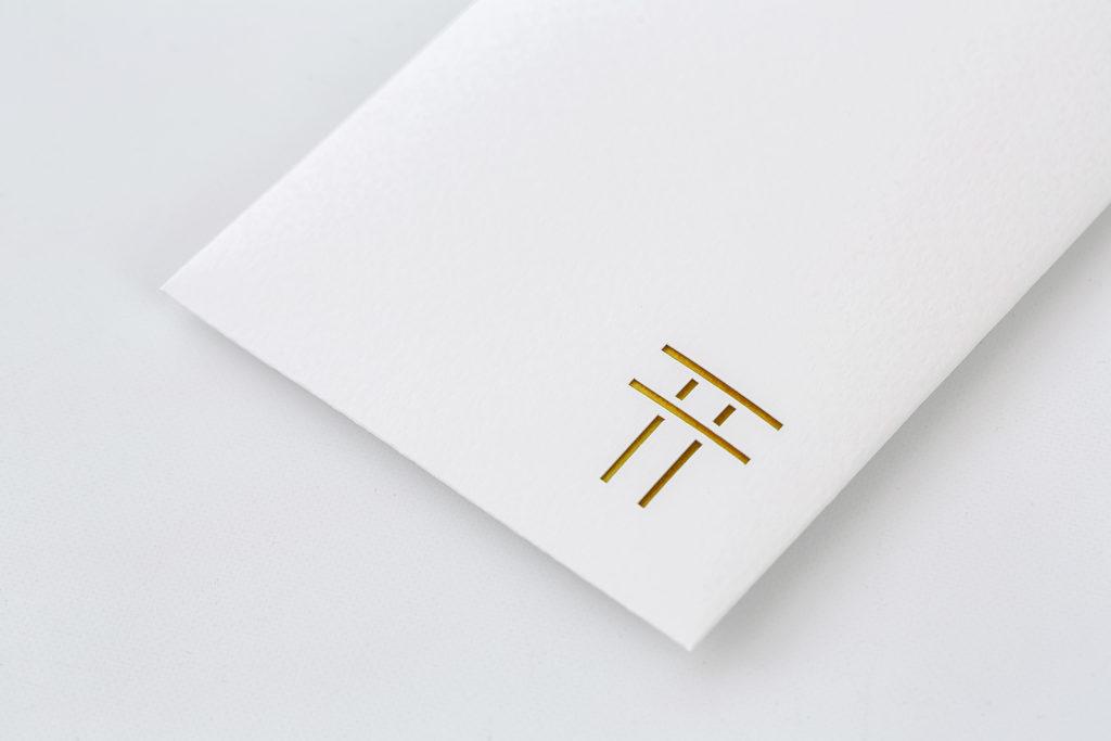 神棚の高級感が増す「金」。銀と同様、角度により光を美しく反射します。