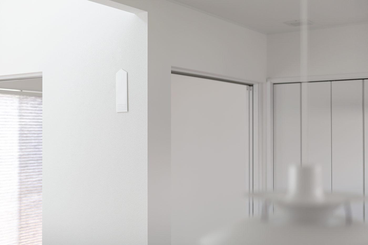御札をそのまま壁に貼るのは忍びない、という需要から生まれた「貼る神棚」