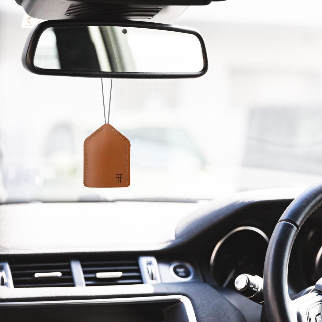 交通安全のお守りを納めて車内に。